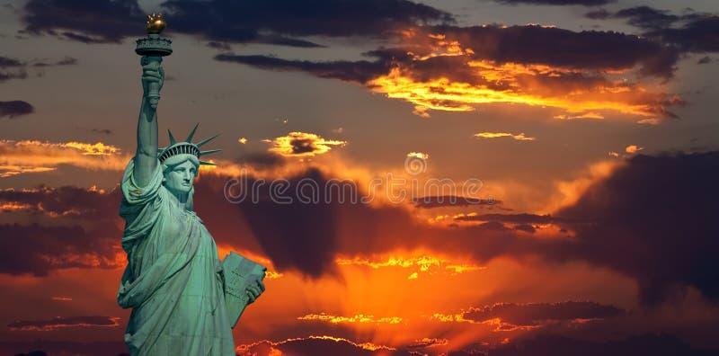 自由女神象在日出的 库存图片