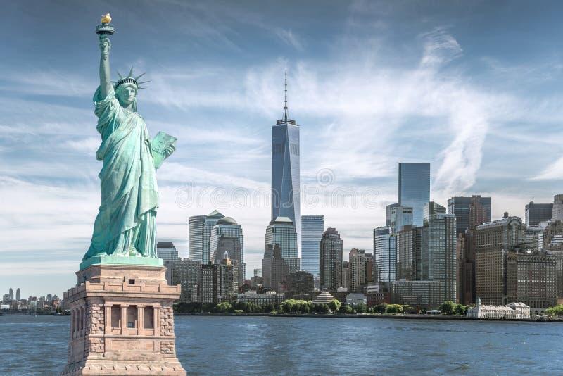 自由女神象有世界贸易中心背景,纽约地标  免版税图库摄影