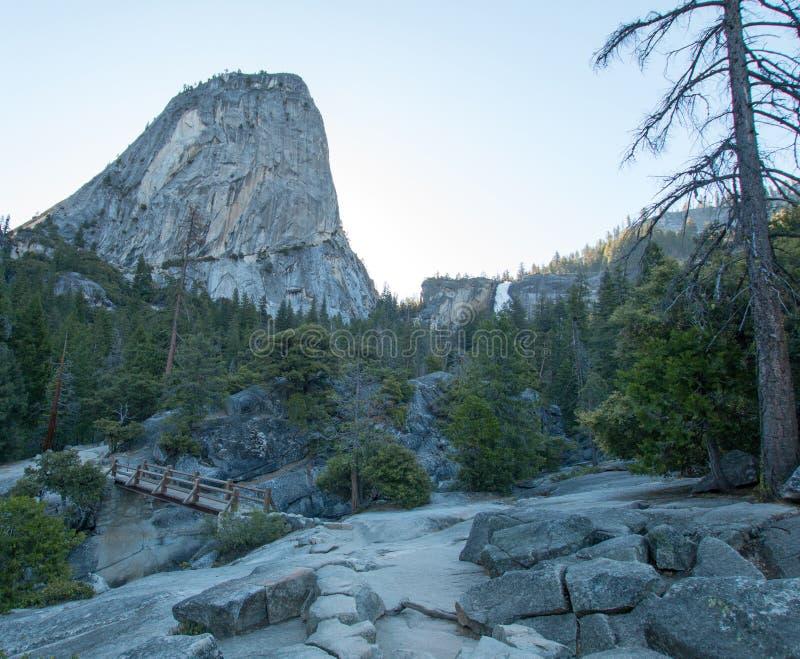自由帽山峰和内华达在优胜美地国家公园落看见从薄雾供徒步旅行的小道在加利福尼亚美国 库存图片