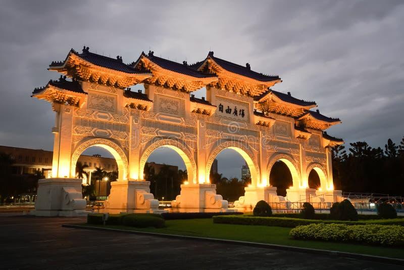 自由广场主闸夜景在台北,台湾 库存照片