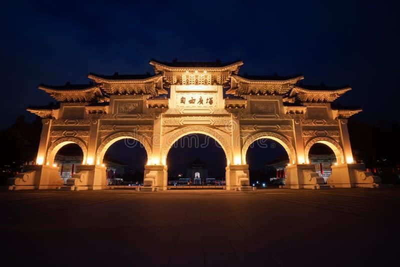 自由广场主闸夜景在台北,台湾 库存图片