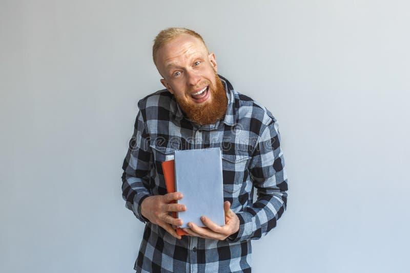 自由式 在与书做鬼脸的灰色隔绝的成熟人身分傻 库存照片