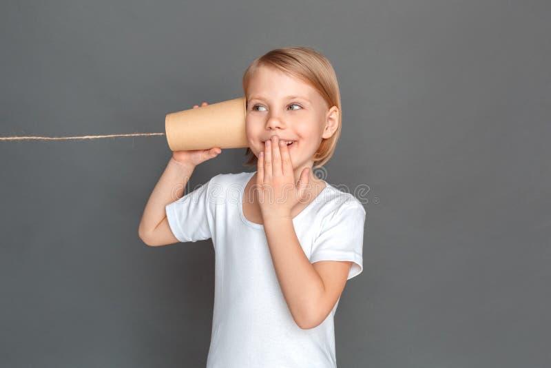 自由式 在与的灰色隔绝的女孩锡罐给嘻嘻笑快乐打电话 免版税库存图片