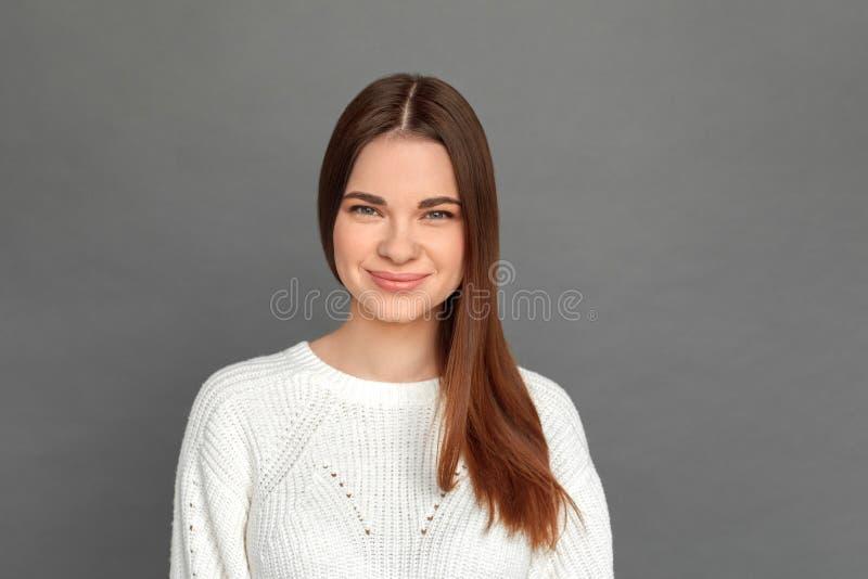 自由式 在灰色看的照相机快乐的特写镜头的少女身分 图库摄影