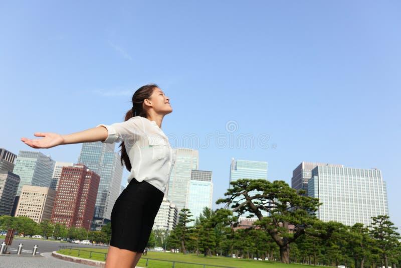 自由成功女实业家-东京市地平线 免版税库存图片