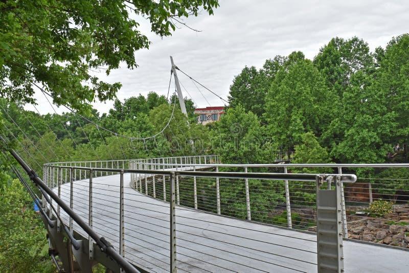 自由桥梁在细长的秋天公园 免版税库存照片