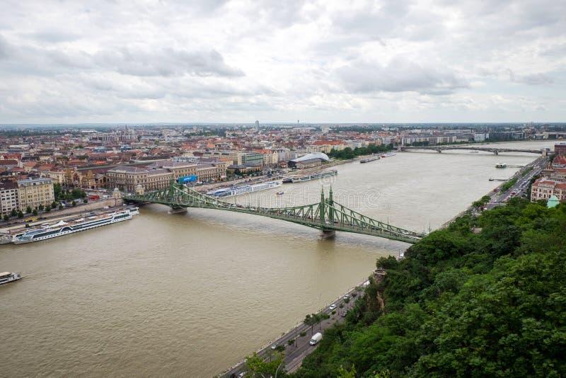 自由桥梁,从盖勒特小山,布达佩斯的看法 免版税库存照片
