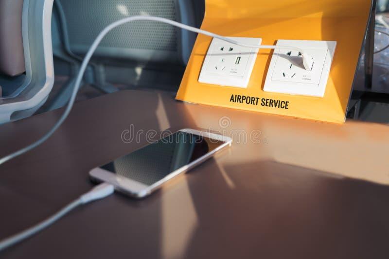 自由电插座和USB在机场塞住,充电驻地 库存照片