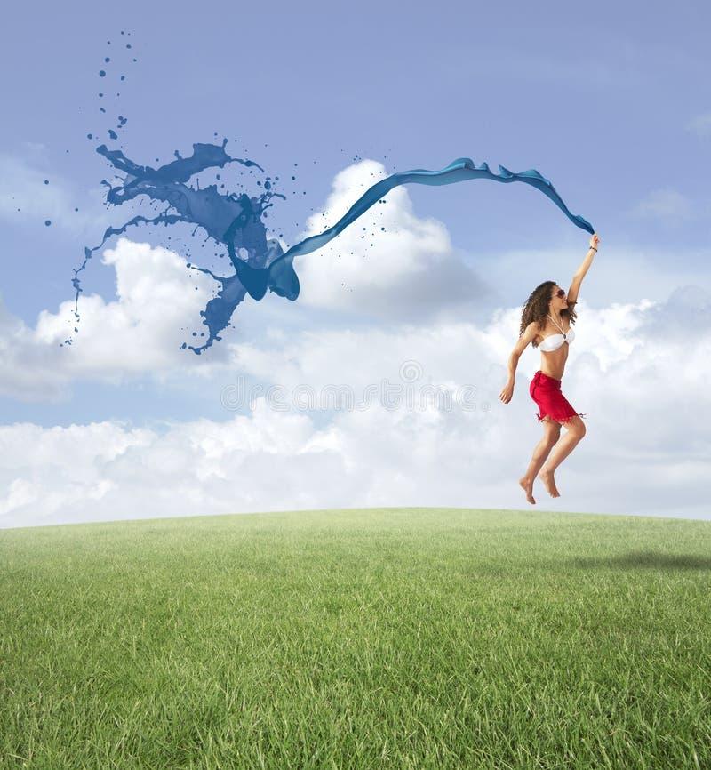 自由的女孩跳跃的概念 免版税库存图片