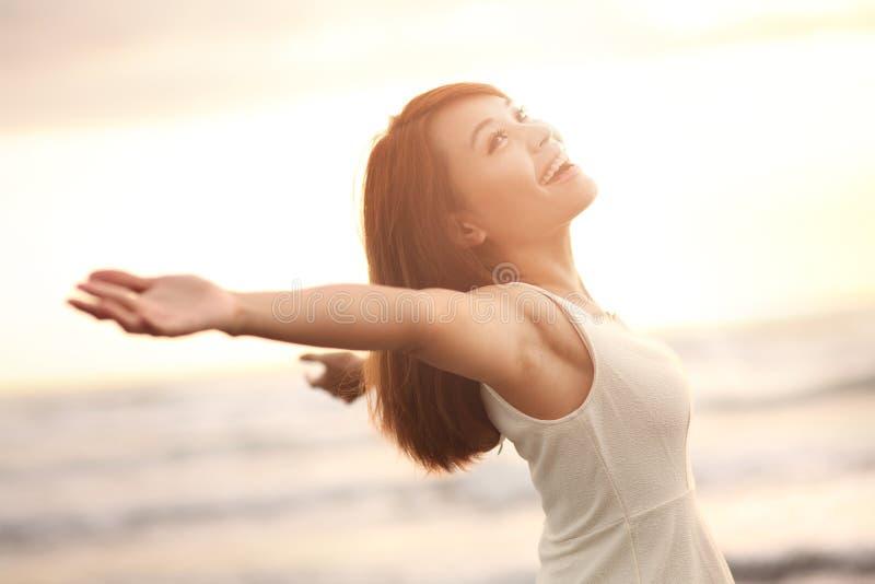 自由的微笑和愉快的妇女 免版税库存图片