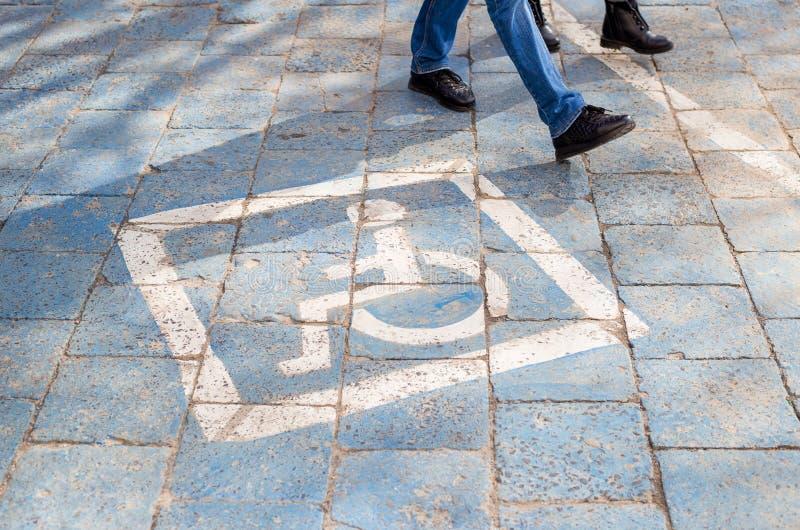自由空间被妨碍的停车位在汽车旅馆或公寓,运输基础设施标号里 图库摄影