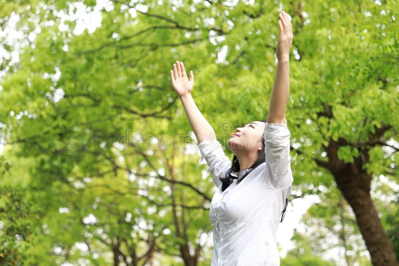自由粗心大意的causual秀丽女孩妇女拥抱自然在森林夏天公园享用放松时间 库存照片