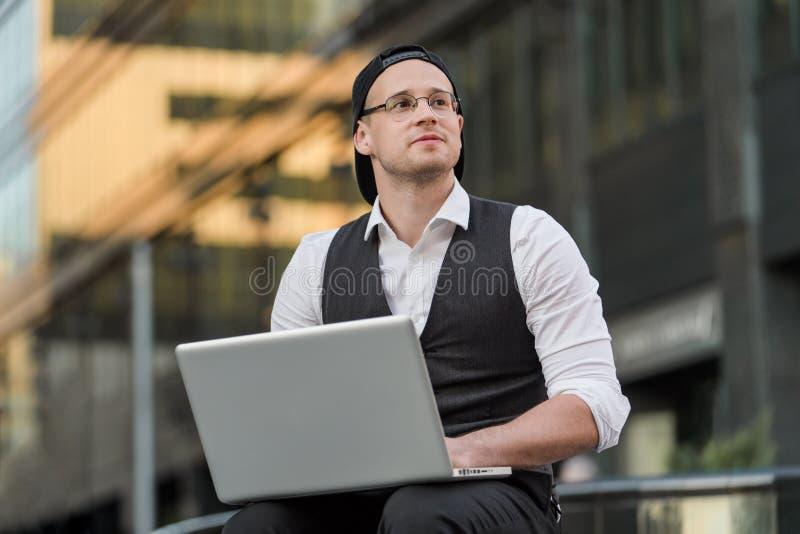 自由职业者与室外的膝上型计算机一起使用 库存照片