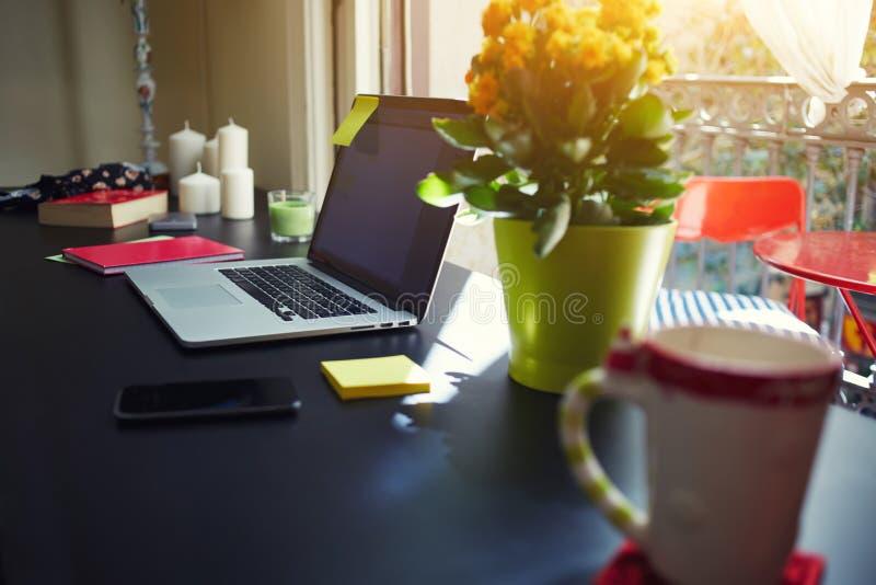 自由职业者需要工作站,有开放便携式计算机的,智能手机,笔记本工作场所, 图库摄影