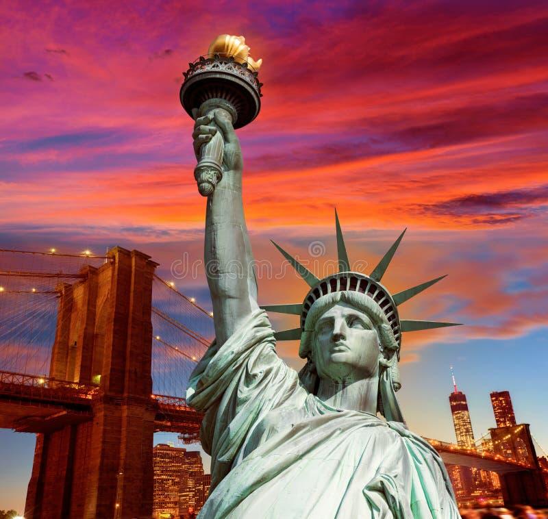 自由雕象和布鲁克林大桥纽约 免版税库存照片