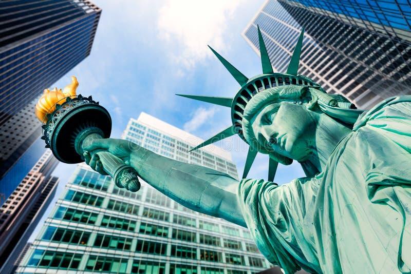 自由雕象和摩天大楼纽约 免版税图库摄影