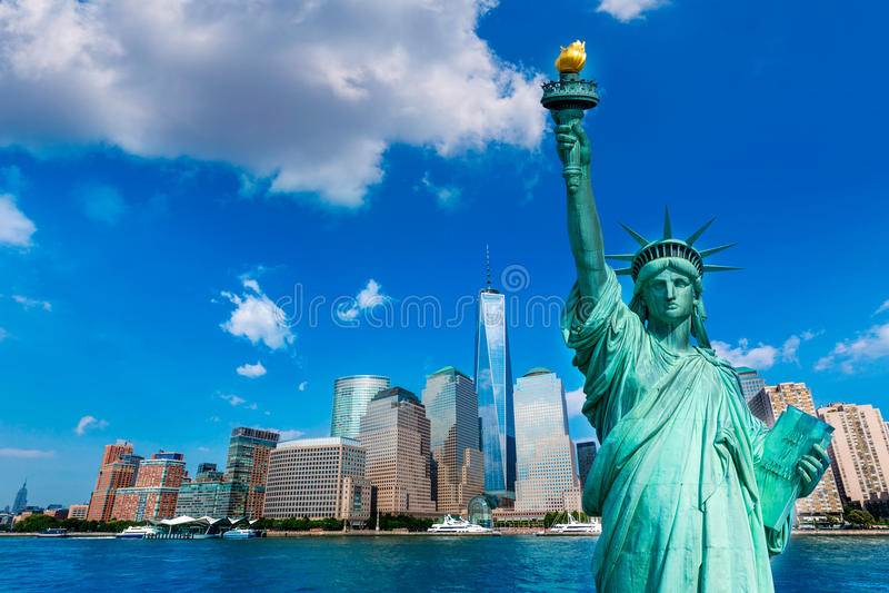 自由雕象和纽约地平线美国 免版税库存照片