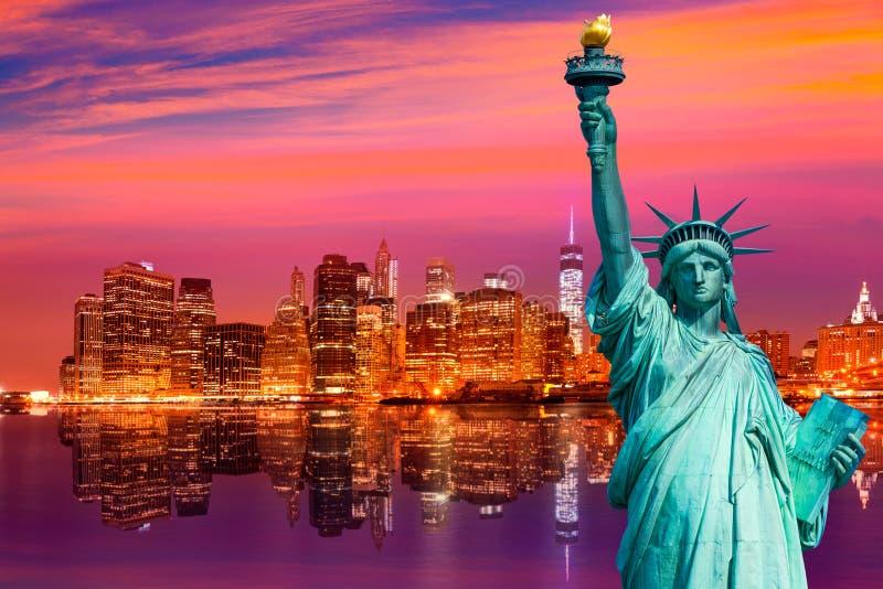 自由雕象和纽约地平线美国 库存图片