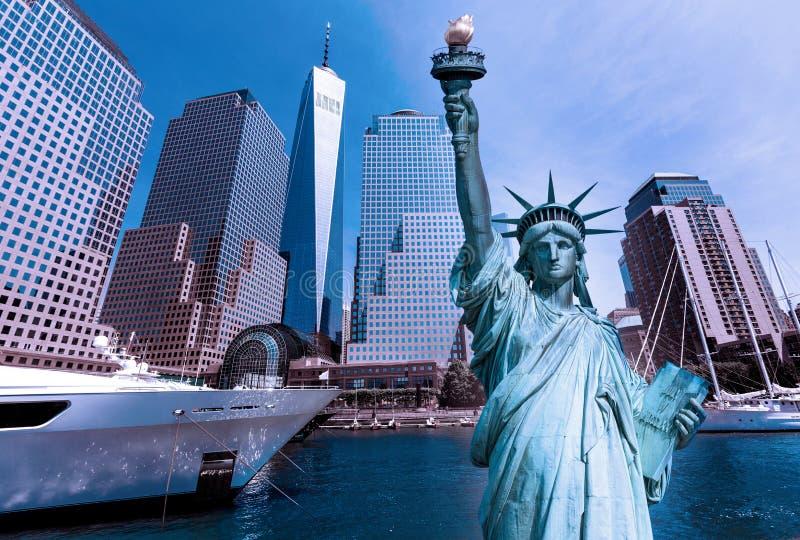 自由雕象和纽约地平线美国 库存照片
