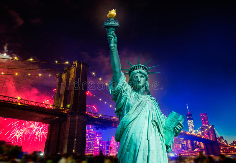 自由雕象布鲁克林大桥7月4日烟花 免版税图库摄影