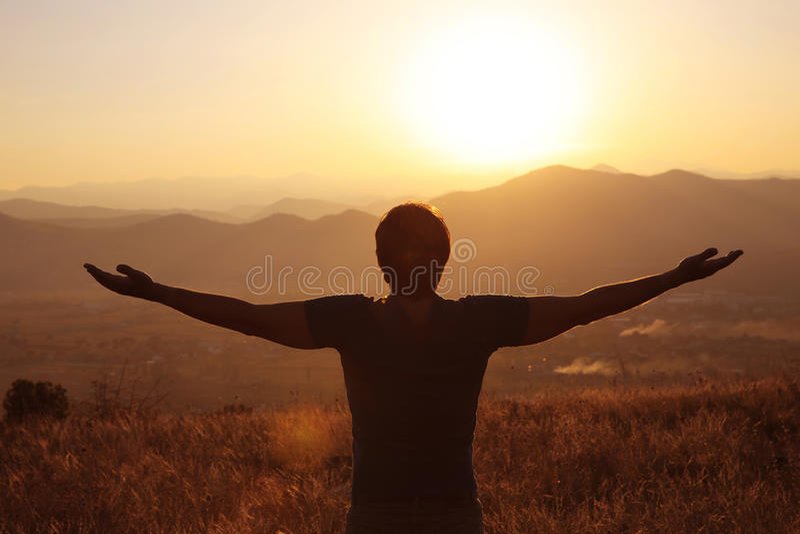 自由 有开放胳膊的自由的人在日落 成功 旅行 黏性物质 免版税图库摄影