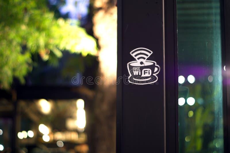 自由wifi签到在夜间的咖啡馆 免版税库存图片