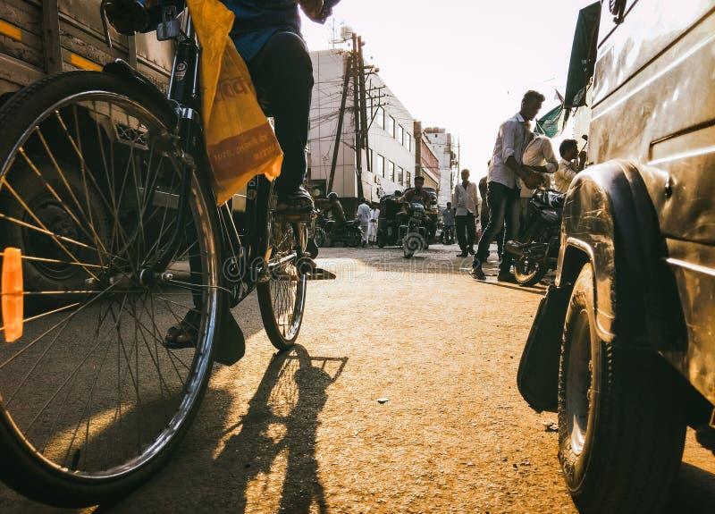 自行车、拉货车的马和驴仍然是控制的交通工具在古雅小的Mompos,人们有减速的生活 免版税库存图片
