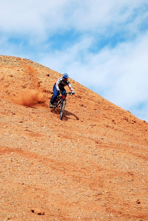 自行车下坡小山红色 库存图片