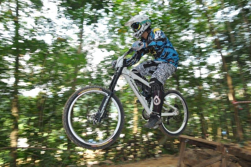 自行车下坡山rrace 免版税库存图片