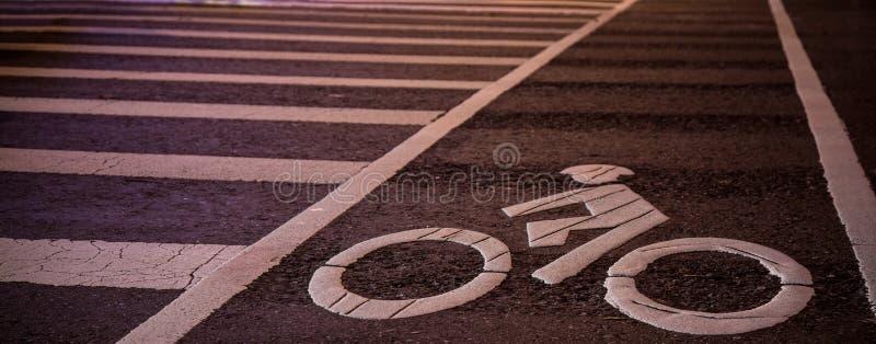 自行车与行人穿越道的车道标志 免版税库存图片