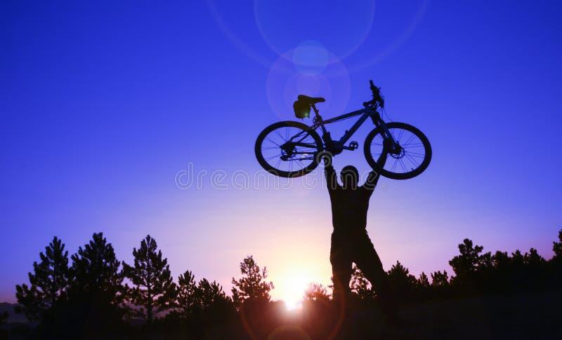 自行车乘驾在森林里 免版税库存图片
