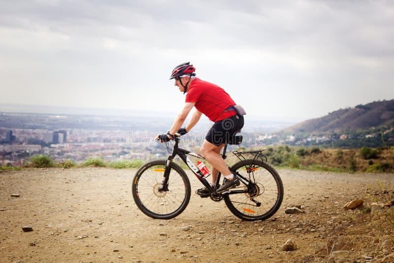 自行车乘驾有城市视图 库存图片