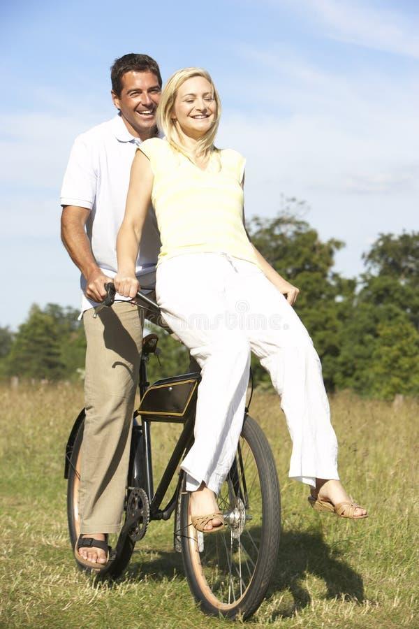 自行车乡下夫妇骑马年轻人 免版税库存照片