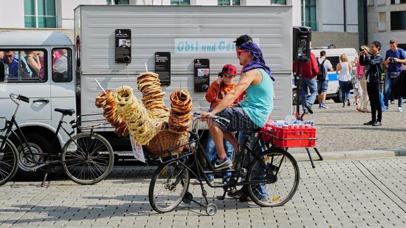 自行车供营商在柏林德国卖椒盐脆饼 免版税库存图片