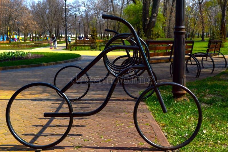 自行车停车处由金属制成以自行车的形式 免版税库存照片