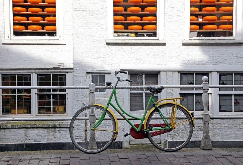 自行车和乳酪在镇德尔福特-荷兰的标志里 库存照片