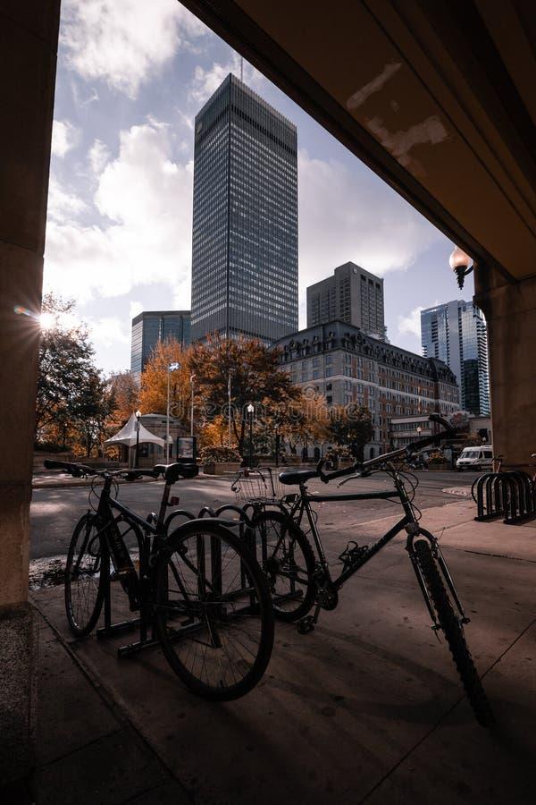 自行车和大窗口 免版税库存图片