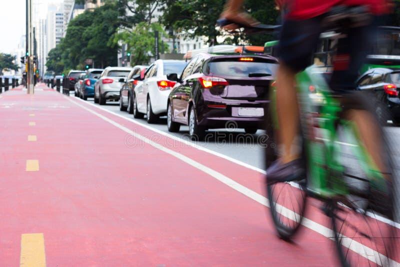 自行车和汽车在市中心 免版税库存照片