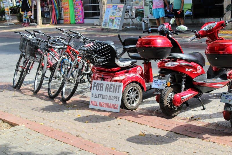 自行车和脚踏车为在阿拉尼亚土耳其大街上的租提供了  免版税图库摄影