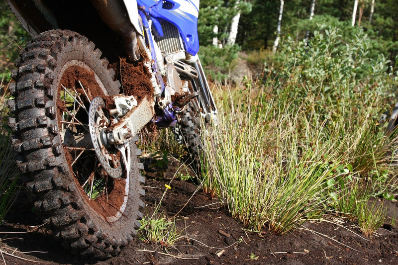 自行车土泥泞的后轮 库存照片