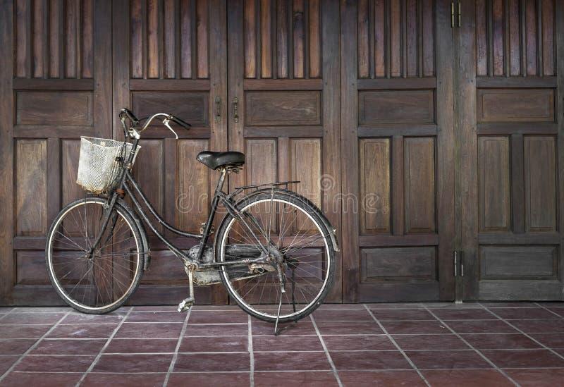 自行车在一个古老房子附近停放了在越南 免版税库存照片