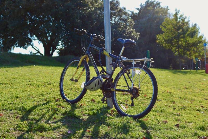 自行车在一晴朗的秋天天 库存照片