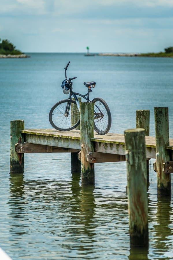 自行车在奥克拉科克岛, NC的一个码头停放了 库存图片