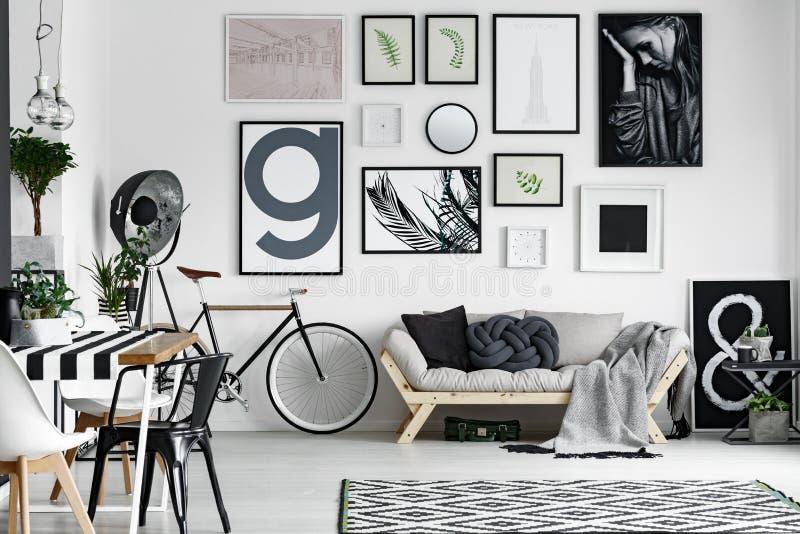 自行车在屋子里 免版税图库摄影
