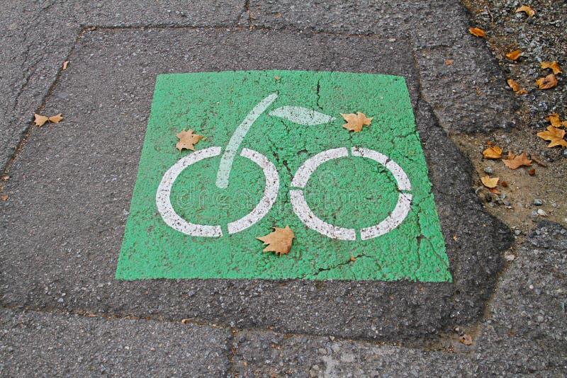 自行车在巴塞罗那路标樱桃的形式在路面的 免版税库存照片