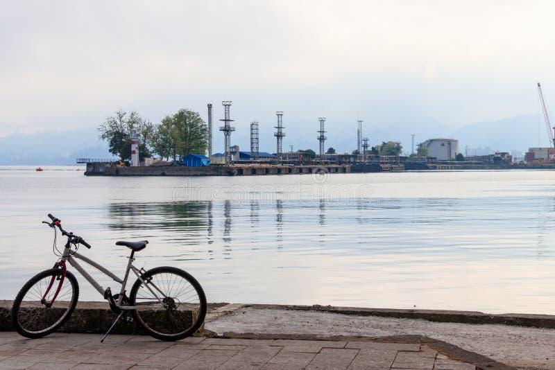 自行车在散步停放了在海港附近在巴统 库存照片