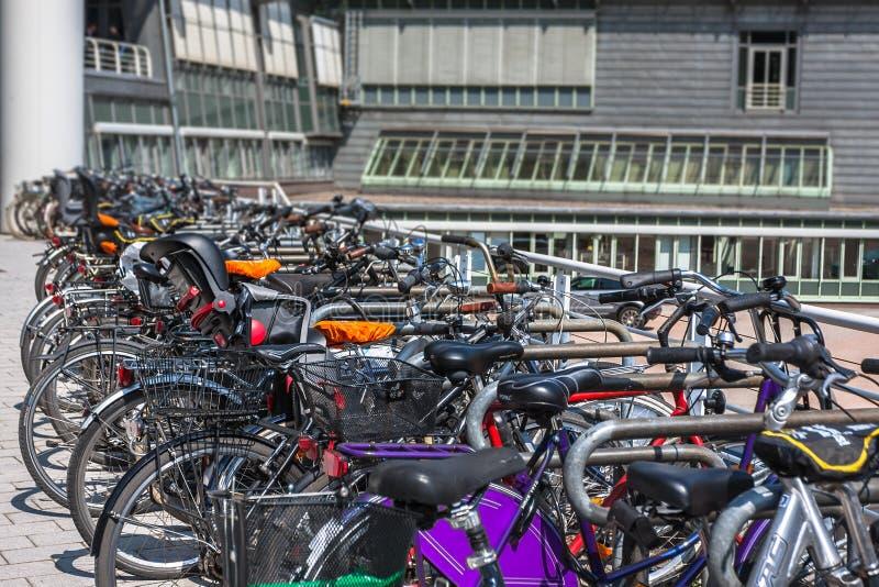 自行车在新的现代办公楼附近停放了 免版税库存照片