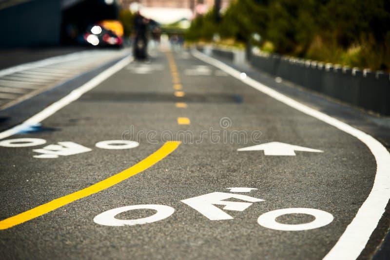 自行车在沥青的路标在纽约 免版税库存图片