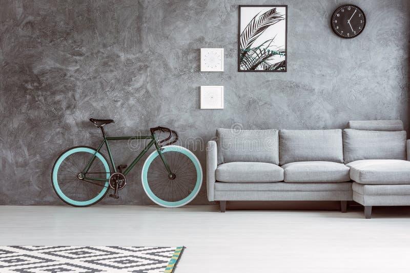 自行车在灰色客厅 库存照片