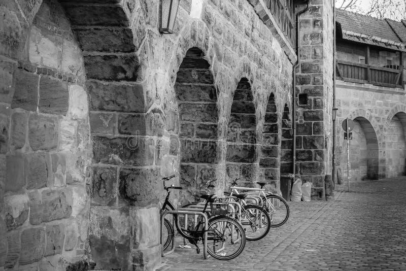 自行车在老镇城市,纽伦堡停放了 免版税库存图片